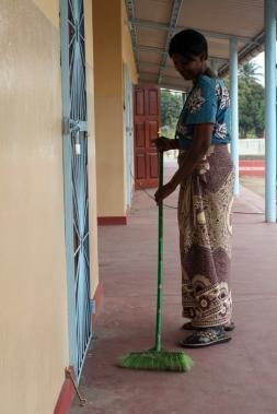 Dona Inês, limpiando la zona de las aulas de alfabetización / M. Torres