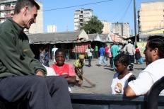 P. Joaquín y P. Pedro en el mercado de Beira con niños de la calle / Moncho Torres