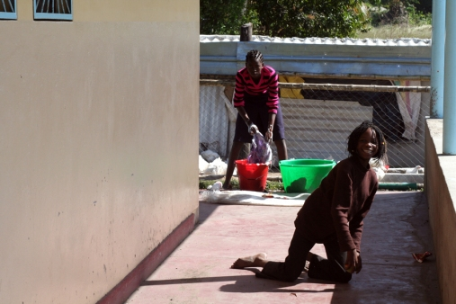 Angelina, una de las niñas del Lar, lavando / Moncho Torres