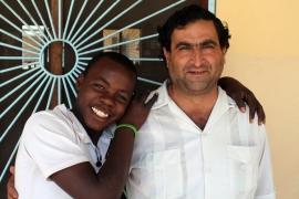 P. Pedro con Rachide, uno de los jóvenes acogidos / Moncho Torres