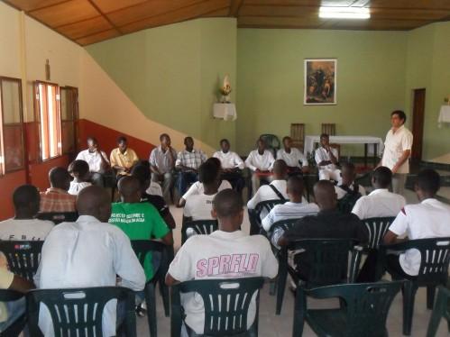 El P. Pedro se dirige a los alumnos en el día de la abertura de la Escuela de Formación Profesional / Lar São Jerónimo