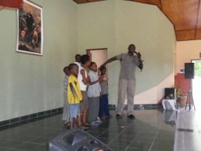 Sr Charenga, con los niños, de maestro de ceremonias / Lar São Jerónimo