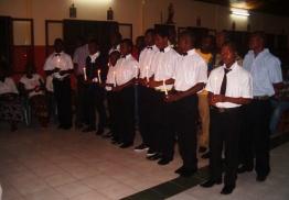 Nuestros chavales con la vela del bautismo (Foto: Lar São Jerónimo)